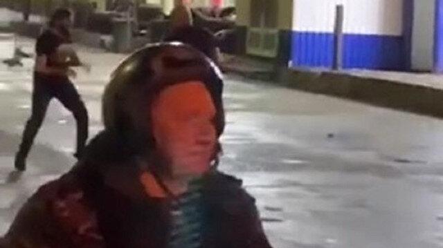 Müdahale etmek yerine olanları sadece seyretti: Rus polisi sokak dövüşünü kavgacı gruplarla beraber izledi
