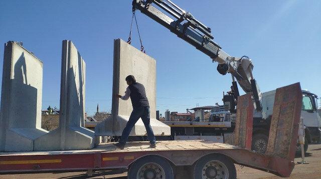 İdlib'e beton bariyer sevkiyatı