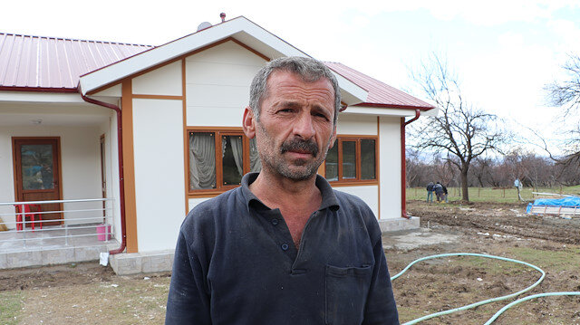 Depremden etkilenen Çevrimtaş köyünde yapılan evlerden ilki sahibine teslim edildi