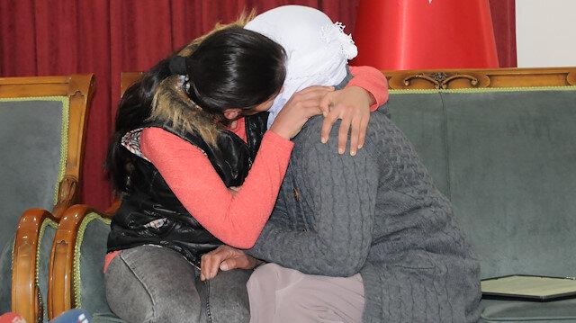 Diyarbakır'da HDP önündeki 2 aile daha evladına kavuştu: Ailelerden evladına kavuşanların sayısı 11'e yükseldi