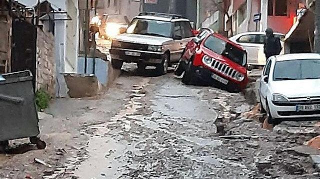 İzmir'de yağmurda asfalt çöktü, araçlar çukura düştü: Defalarca söyledik ama önlem alınmadı