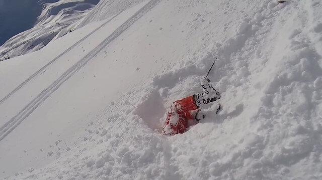 Kadın kayakçı kara baş aşağı çakıldı