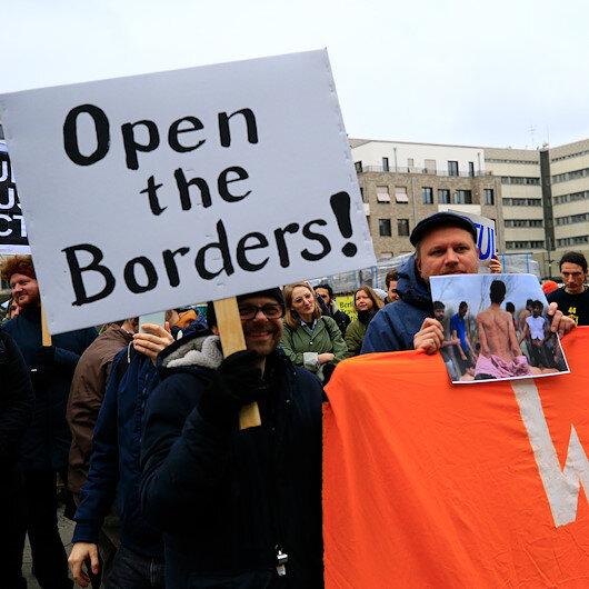 Merkel ve Miçotakisin sığınmacı politikası protesto edildi