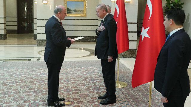 Cumhurbaşkanı Erdoğan'ın 'koronavirüs' tedbiri sürüyor: Büyükelçi ile tokalaşmadı