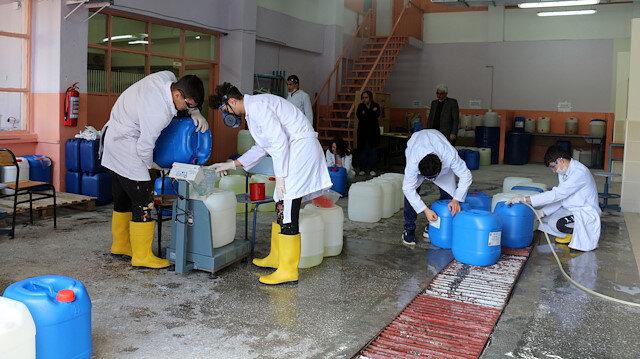 Koronavirüs lisede dezenfektan üretimini 6 kat artırdı: Yarım tonluk üretim 3 tona çıktı