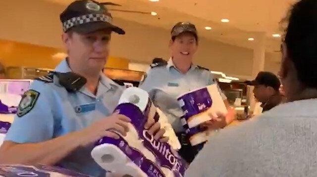 Tuvalet kağıtlarını polis dağıtıyor
