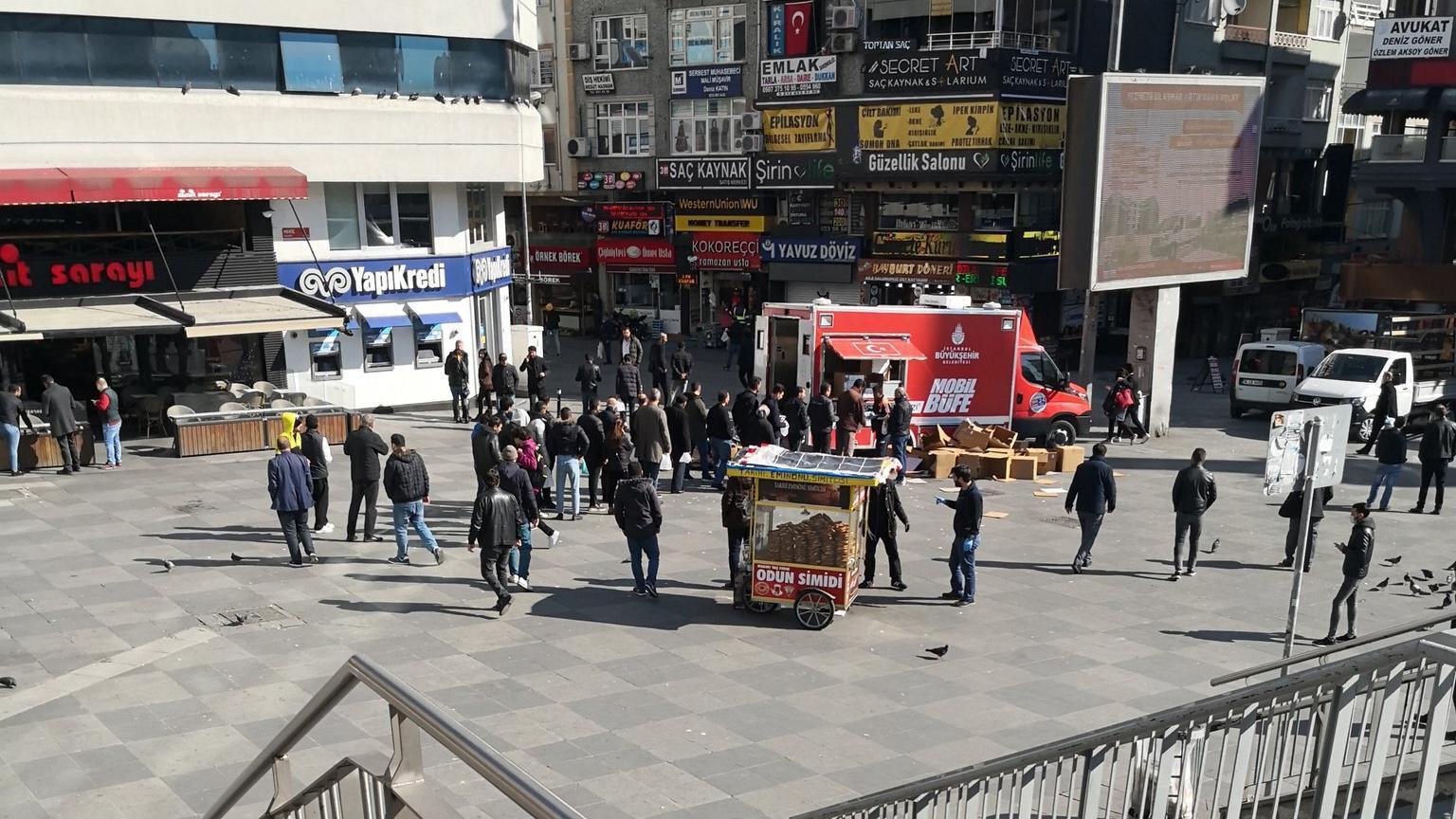 Şirinevler Meydanı'nda İBB mobil büfesi önünde kuyruk oluştu.