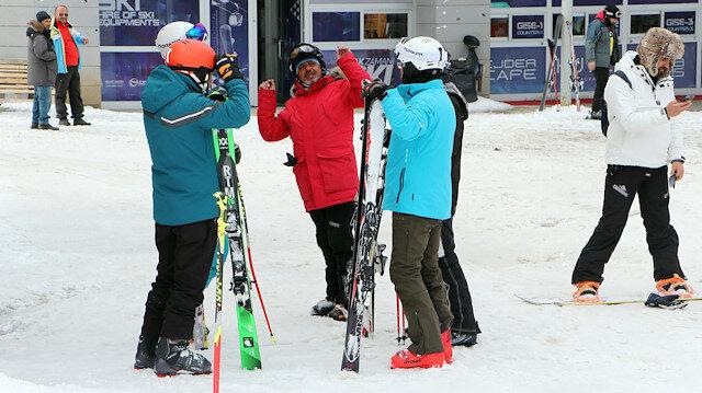 """Koronavirüse rağmen kayak keyfi: """"Hava mis gibi. bize bir şey olmaz"""""""