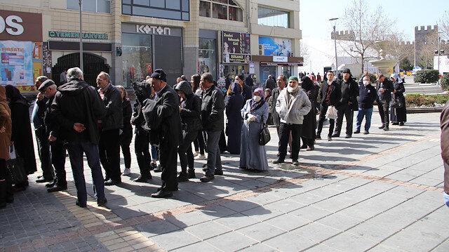 Kayseri'de yasağa rağmen banka önlerinde kuyruk oluşturdular