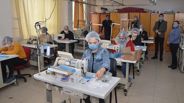 Lise öğrencileri sağlık çalışanları için maske üretiyor