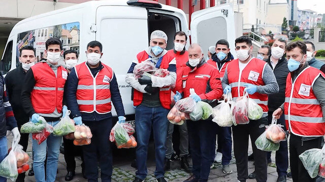Ünlü fenomen CZN Burak sokağa çıkamayan vatandaşlara yardım dağıttı