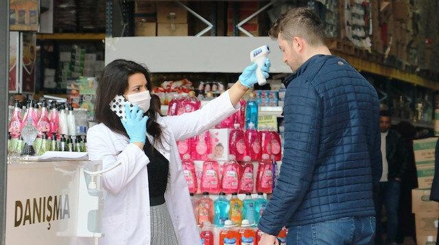 Hastane gibi market: Ateşi ölçülen müşteriler dezenfekte edildikten sonra alış veriş yapabiliyor