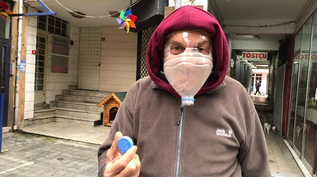 Kadıköy'de esnaf koronavirüse karşı pet şişeden maske yaptı