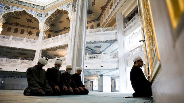 Rusya'da cuma namazının 4 kişilik cemaatle kılındığı Moskova Camii'nden online yayın