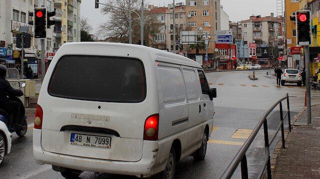 Trafik ışıklarında sürücüleri şaşırtan yazı