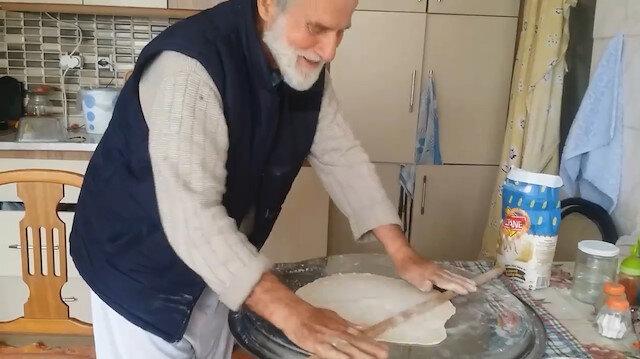 'EvdeKal' manzaraları: 74 yaşındaki Havranlı Kadir Amca eşine börek pişirdi