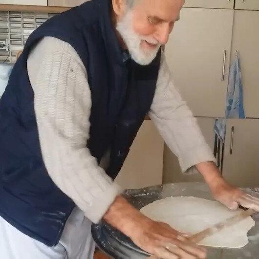 EvdeKal manzaraları: 74 yaşındaki Havranlı Kadir Amca eşine börek pişirdi