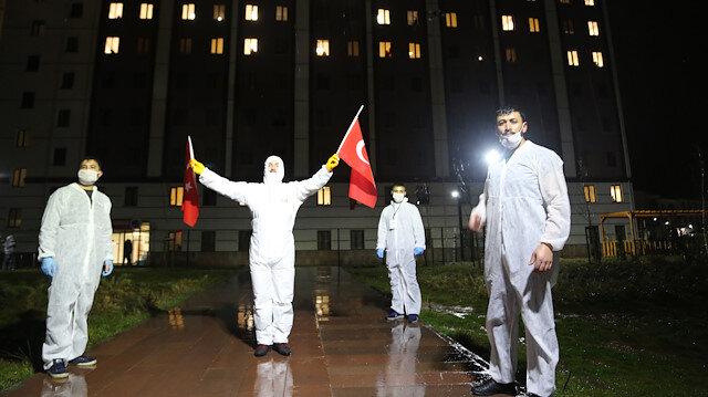Karantina yurdunda 'Ölürüm Türkiye'm' sesleri