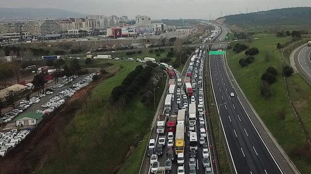 Tuzla ve Silivri'de İstanbul'a giriş çıkış kuyruğu: Kilometrelerce kuyruk oluştu