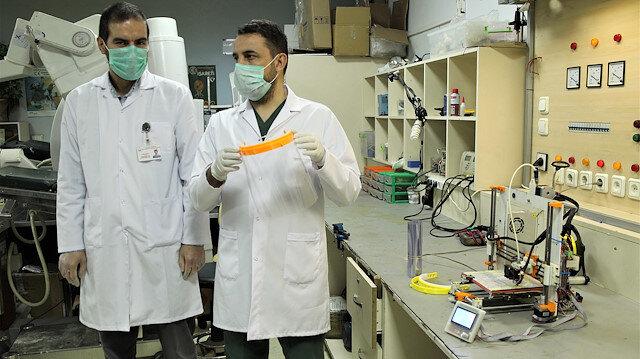Hastanede doktor ve mühendisler 3 boyutlu yazıcıyla yüz korucuyu siperlik üretiyorlar