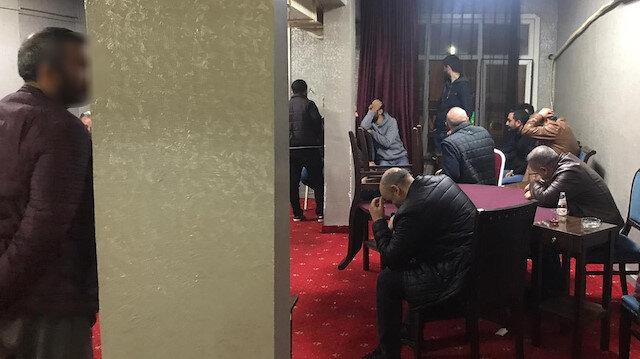 Koronavirüse rağmen 26 kişi kahvehanede yakalandı: Baskın sırasında bazıları depoya saklandı