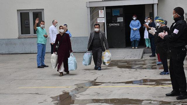 Koronavirüsü yenen 20 kişi hastaneden alkışlarla uğurlandı