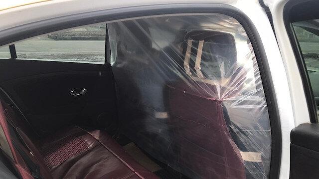 Taksi şoföründen koronavirüse karşı naylonlu önlem