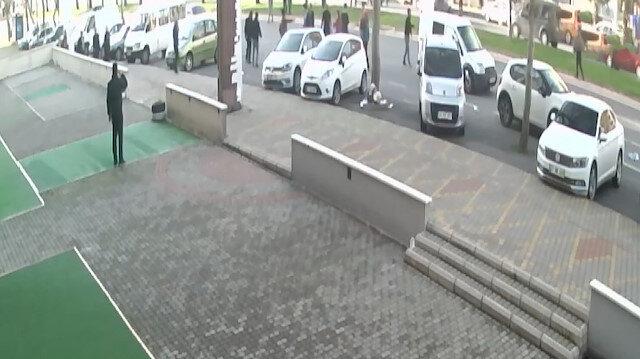 Yolun karşısına geçmeye çalışan polis memuruna otomobil böyle çarptı