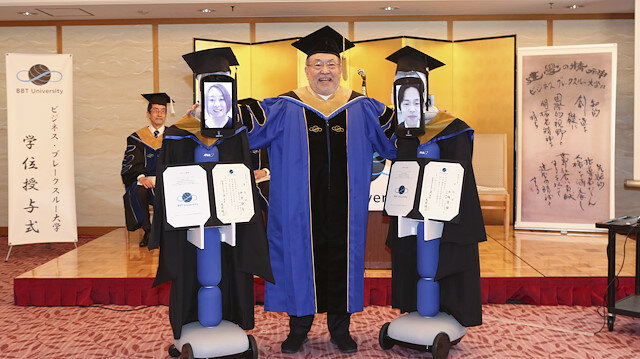 Evden çıkamayan Japon öğrenciler yerlerine robotları gönderdi