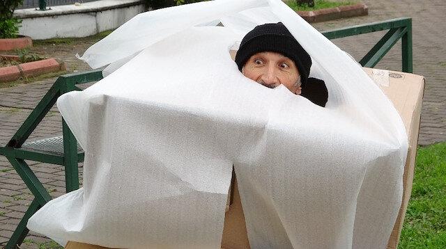 'Koronavirüs kostümlü' tiyatrocu, sokağa çıkanları hem kovaladı hem bayılttı