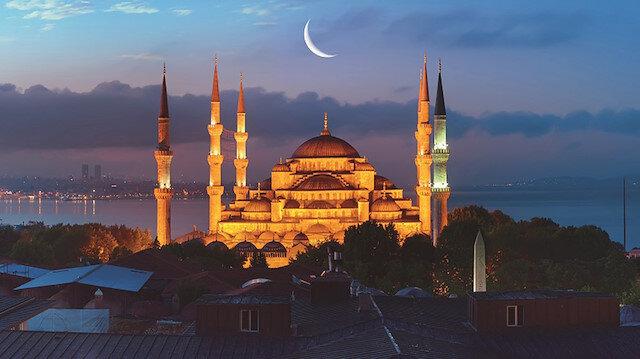 Dualar şifa getirsin: Müslümanlar geceyi evlerinde ibadet ve dua ile geçirdi