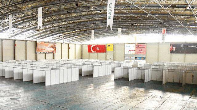 Bu nasıl sahra hastanesi: CHP'nin paravanlarla çevrili fuar alanı