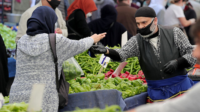 Sokağa çıkma yasağı öncesi İstanbul'da semt pazarları doldu taştı