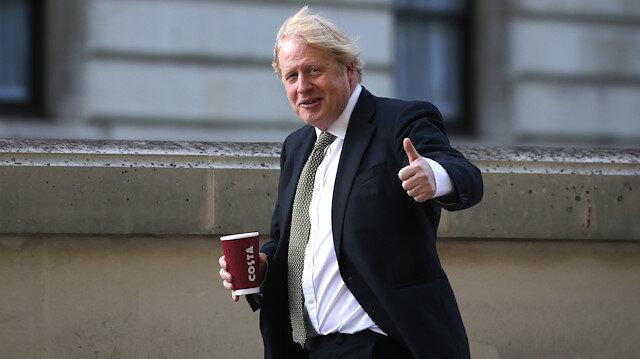 Johnson iyi görünüyor: Günlük yürüyüşünü yaptı, kameralara el salladı