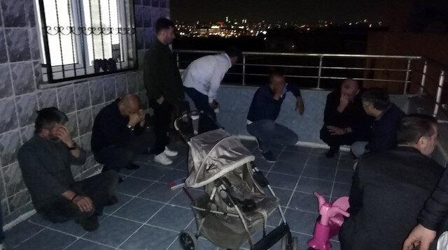 Kumar oynarken basıldılar çatıya çıkıp kaçmaya çalışırken yakalandılar