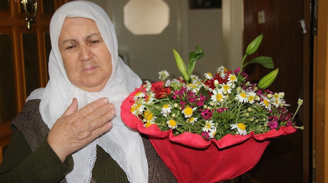 Hayatında ilk kez çiçek alan anne gözyaşlarını tutamadı
