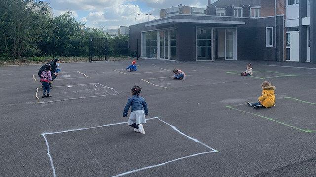 Fransa'da anaokul öğrencileri 'izolasyon karelerinde' oyun oynuyor
