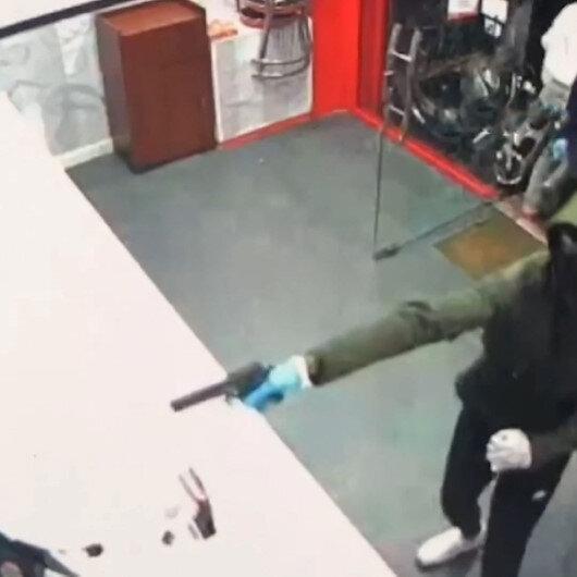 İngilterede kebapçı dükkanına silahlı saldırı: Ölü taklidi yaparak kurtuldular