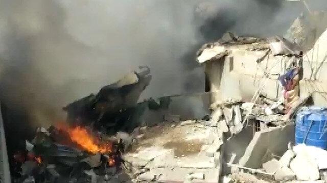 Pakistanda düşen yolcu uçağı evleri yıktı