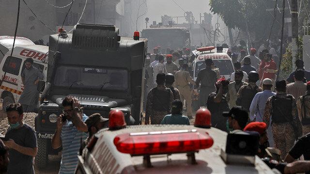 Pakistan'da yolcu uçağı Karaçi Havalimanı yakınlarında bir yerleşim alanına düştü