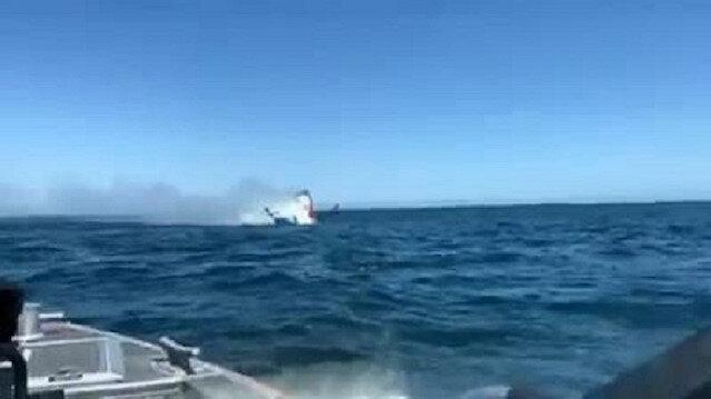 ABD'de yanan küçük tekne battı