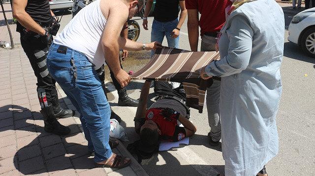 Kazada yaralanan polisleri üzerinden çıkardığı tişörtle güneşten korudu