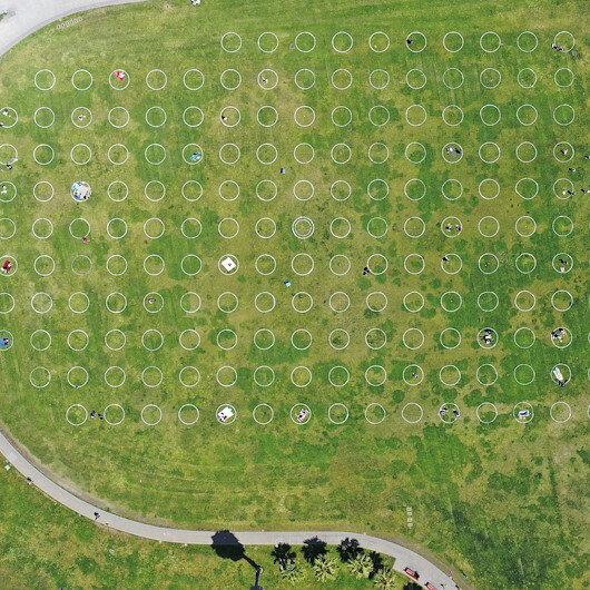 ABDde virüsten korunmak için park alanlarına sosyal mesafeli daireler çizildi