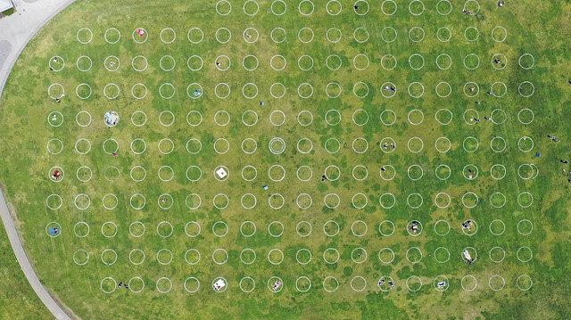 ABD'de virüsten korunmak için park alanlarına sosyal mesafeli daireler çizildi