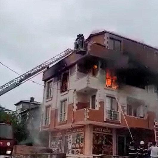 Yangından kaçarak çatıda mahsur kalan 5 kişiyi itfaiye ekipleri kurtardı