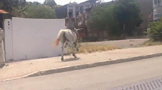 Kısıtlamaya rağmen sokakta ata bindi
