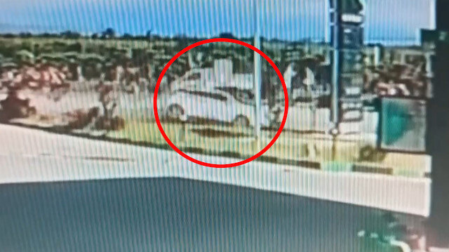Otomobilin tabelaya çarpma anı kameraya yansıdı