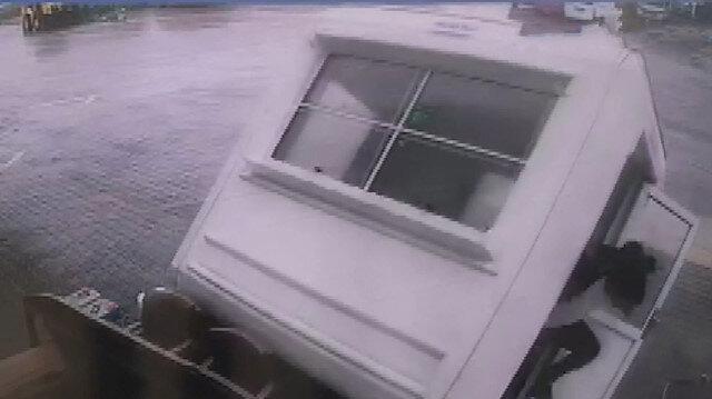 Ağrı'da şiddetli fırtına kulübeyi böyle uçurdu