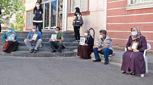 Diyarbakır'da HDP binası önündeki ailelerden Kılıçdaroğlu'na 'Demirtaş' tepkisi: Sende hiç mi vicdan yok?