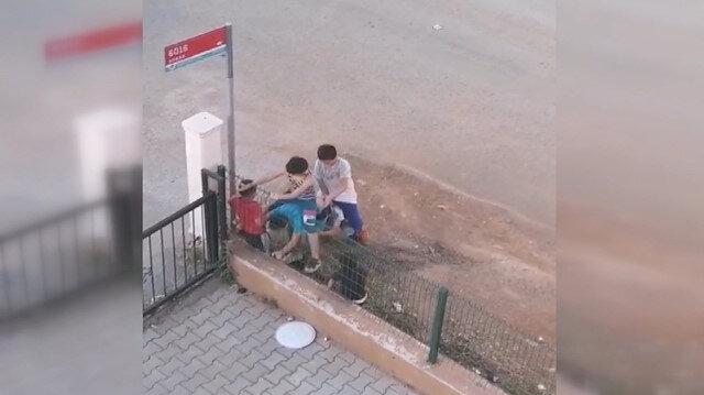 Çocuklar sokak izninde uzun eşek oynadı